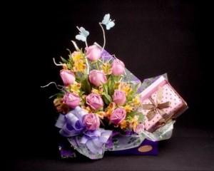 007 -  Cachepô decorado com 12 rosas e caixa de chocolate