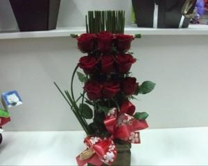 013 - Arranjo rosas e junco