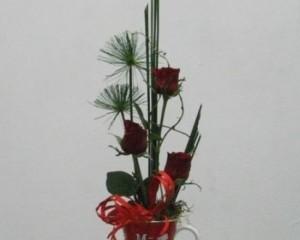 017 - Arranjo de rosas e junco