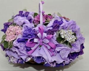 060  - Cesta decorada contendo 5 vasos de violeta