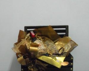 011 - Caixa de madeira com bebida e taça