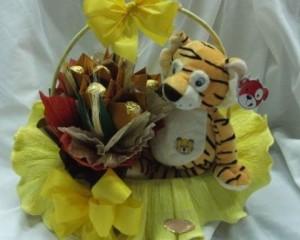 21 - Cesta com Pelúcia e Flores de origami com chocolate