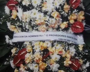 coroa de flores calábrias com rosas e antúrios.
