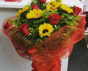 10- Buque de Rosas com Girassóis